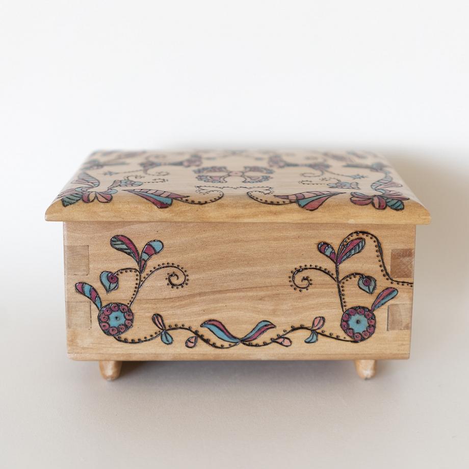 Caja de música bordado charro