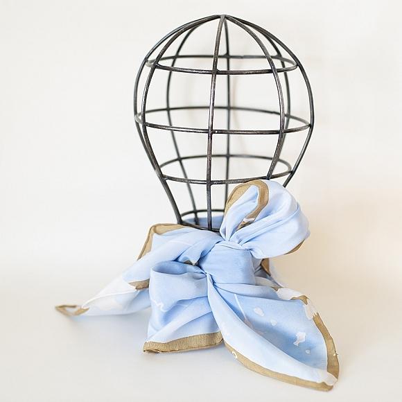 Pañuelo grande de seda azul